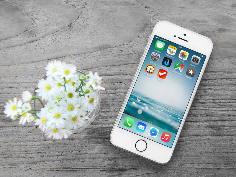 Free-iPhone-Mockup-on-Wooden-Background-600