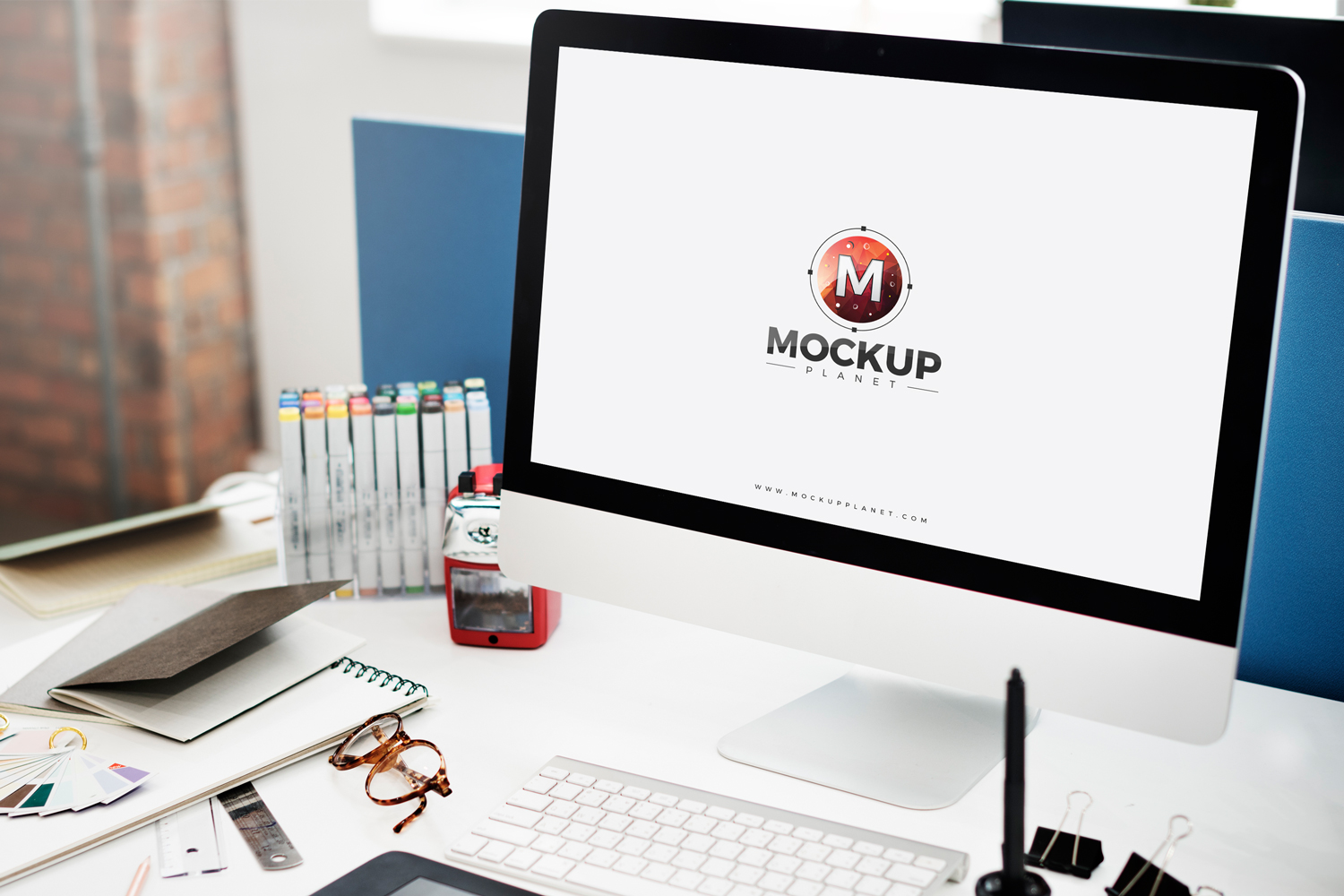 Free-Computer-Mockup-For-Website-Screen-Presentation