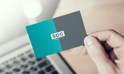 Free-Man-Showing-Business-Card-Mockup-PSD